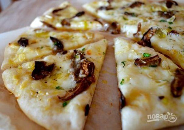 Пицца с грибами и моцареллой