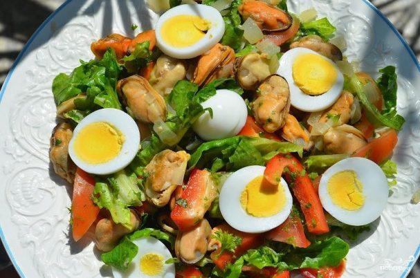 Средиземноморский салат с мидиями
