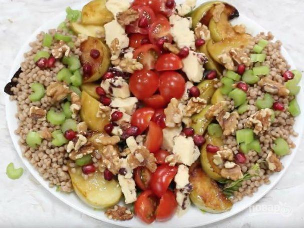 Салат с кус-кусом и жареными яблоками
