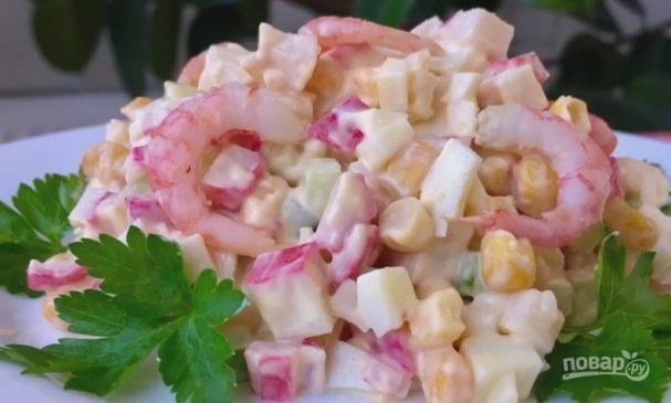 Салат с крабовыми палочками, с креветками и свежим огурцом