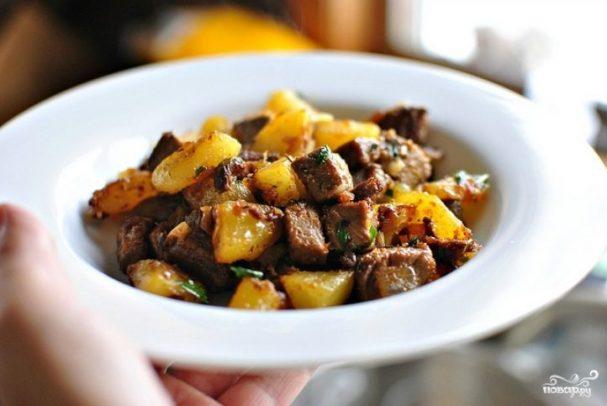 Картофель со свининой на сковороде