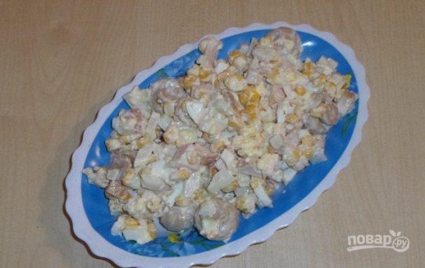 Салат с кукурузой и солеными грибами