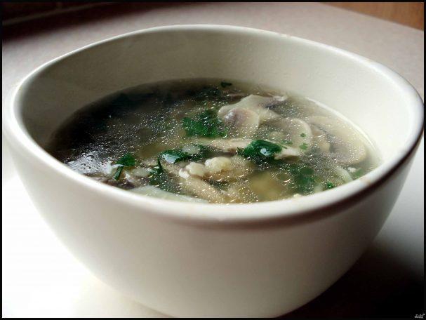 Куриный суп с грибами и луком пореем
