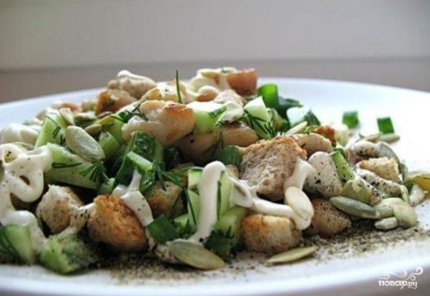 Салат с сухариками и огурцом