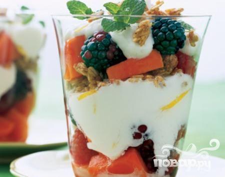 Парфе из папайи, ягод и йогурта
