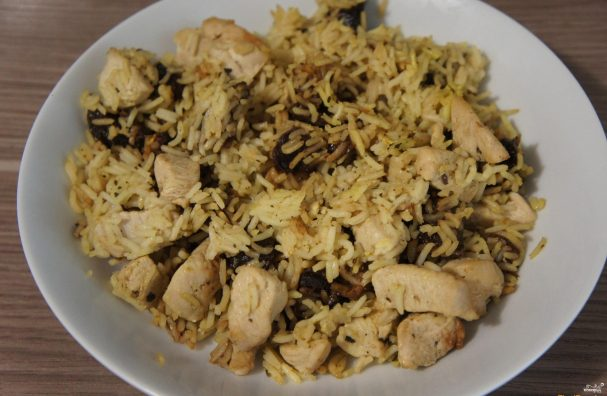 Курица с рисом в сковороде
