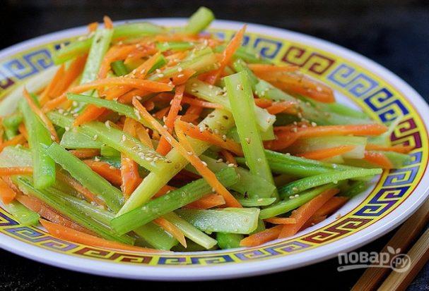Салат из моркови и сельдерея с кунжутом