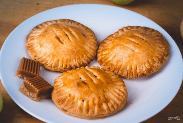 Пирожки с яблоками и карамелью