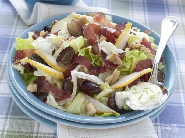 Летний салат из груш с орехами