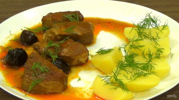 Мясо, тушенное с черносливом в кисло-сладком соусе