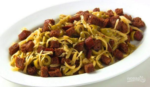 """Салат """"Бородинский"""" с сыром и оливками"""