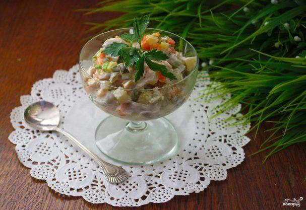 Овощной салат с маринованными грибами и индейкой