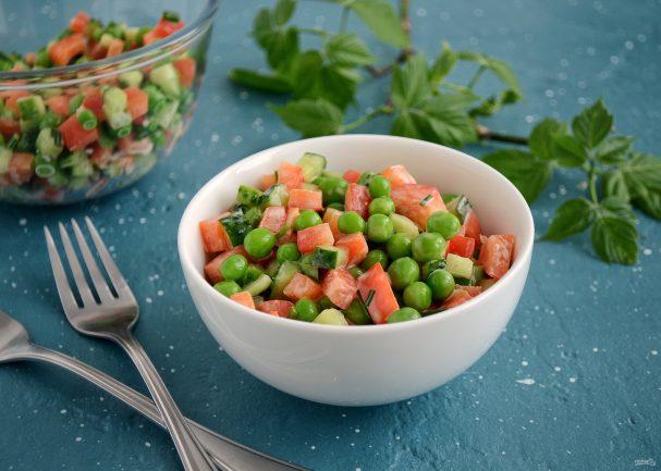 Салат с перцем и зеленым горошком
