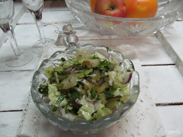 Салат с ананасом и маринованным огурцом
