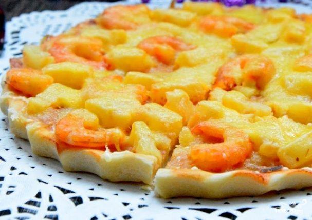 Пицца с ананасами и креветками