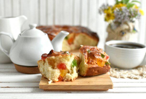 Праздничные булочки с марципаном и цукатами