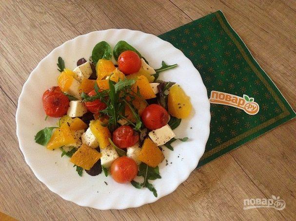 Салат с моцареллой, запеченными перцем и помидорами