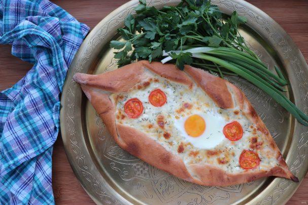Пиде с сыром и яйцом
