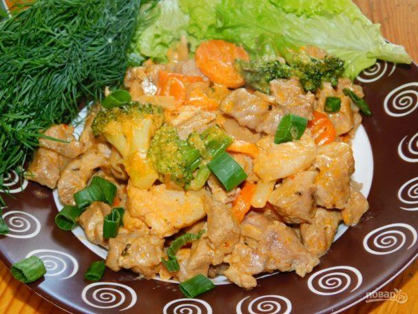 Свинина с замороженными овощами, тушёная в сливках