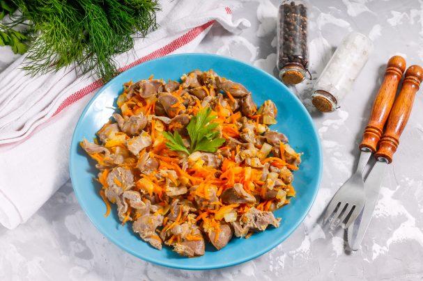 Куриные желудки с луком и морковью