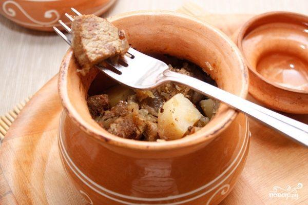 Мясо в горшочке с картошкой