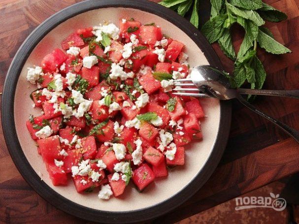 Арбузный салат с сыром и мятой