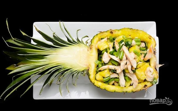Салат с куриным филе, ананасом и зеленой фасолью