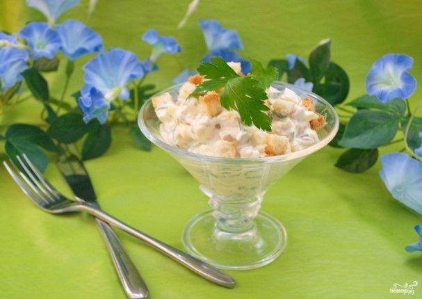 Салат с сыром и сухариками