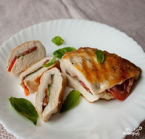 Куриные грудки с томатом и базиликом