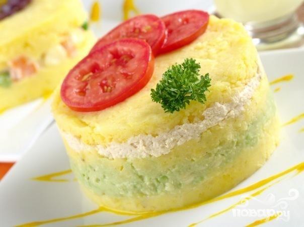Картофельное пюре, запеченное с сыром, луком и помидорами