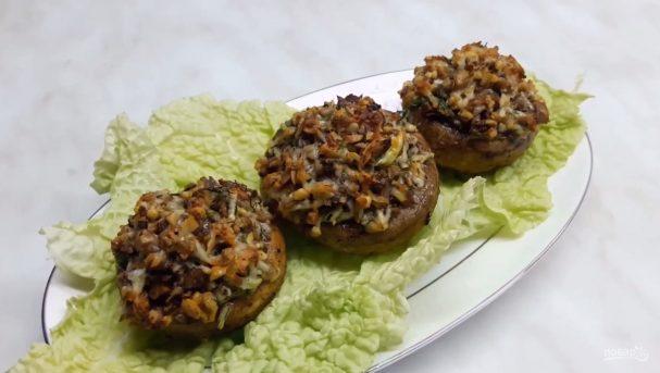 Грибы, фаршированные орехами и сыром