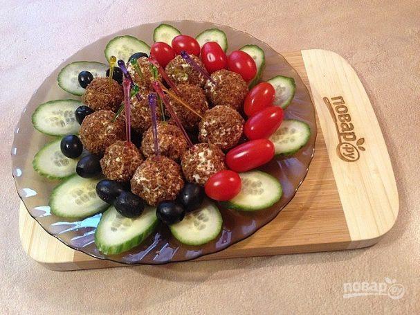 Шарики из брынзы с оливками в хлебных крошках