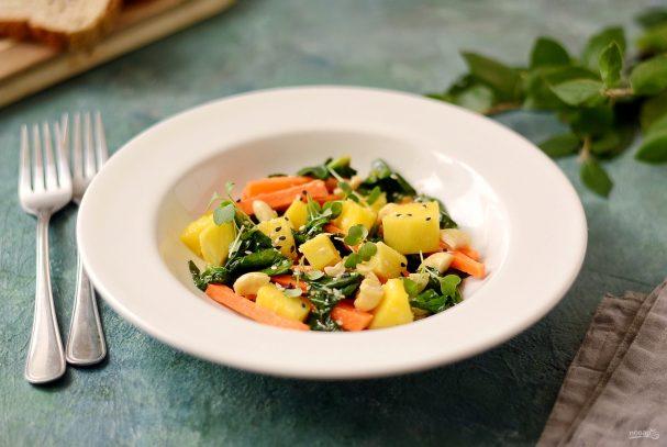 Салат из шпината и манго
