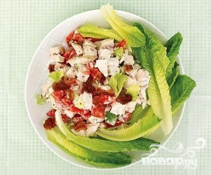 Салат с курицей, беконом и сельдереем