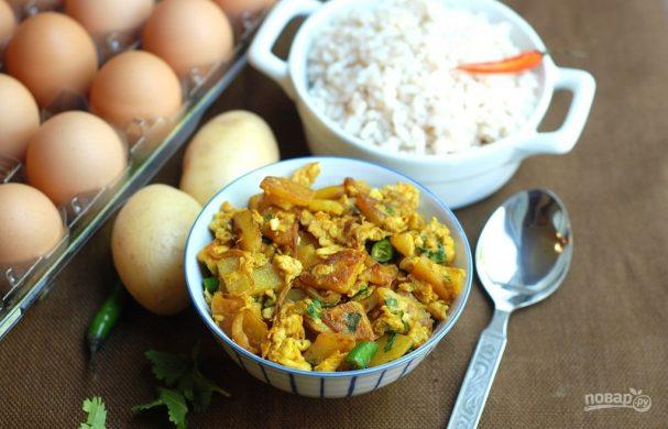 Жареная картошка с яйцом и луком