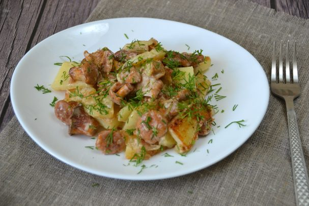 Лисички с картошкой жареные в сметане