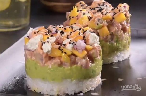 Рыбное тимбале с рисом и авокадо