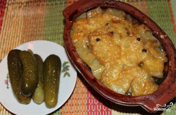 Мясо в горшочках с грибами и сыром