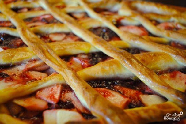Дрожжевой пирог с яблоками и брусникой