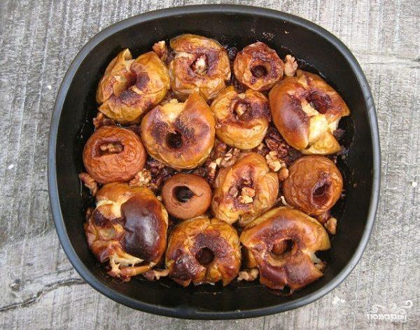 Запеченные яблоки с орехами