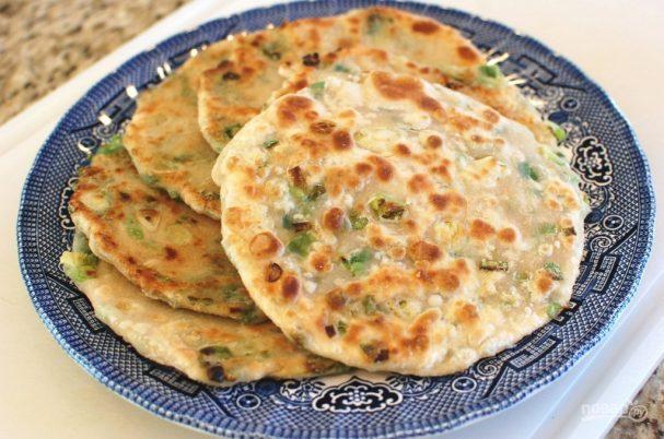 Лепешки на сковороде с зеленым луком