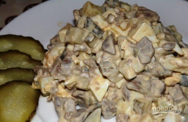Салат из консервированных огурцов и яиц