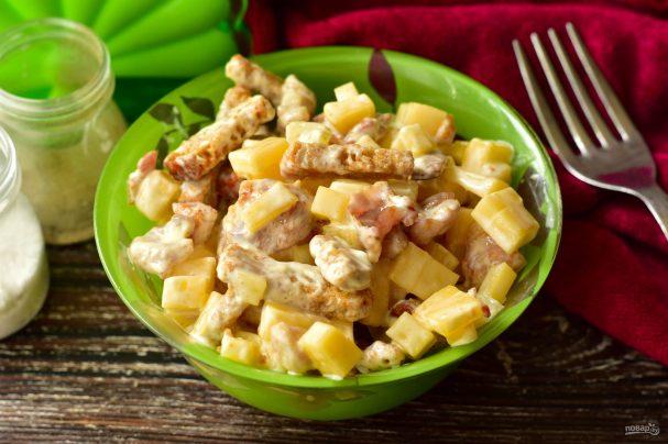 Салат с курицей, ананасами и сухариками