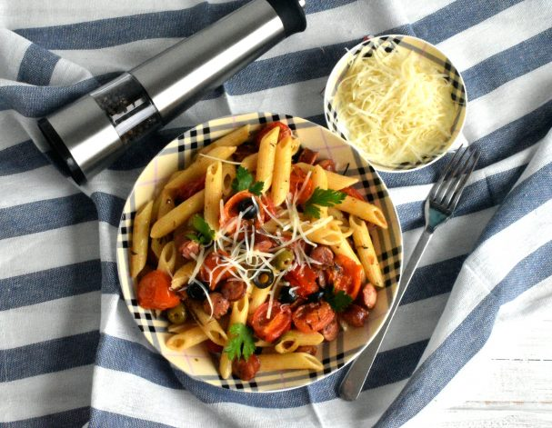 Паста с колбасками, маслинами и пряными травами