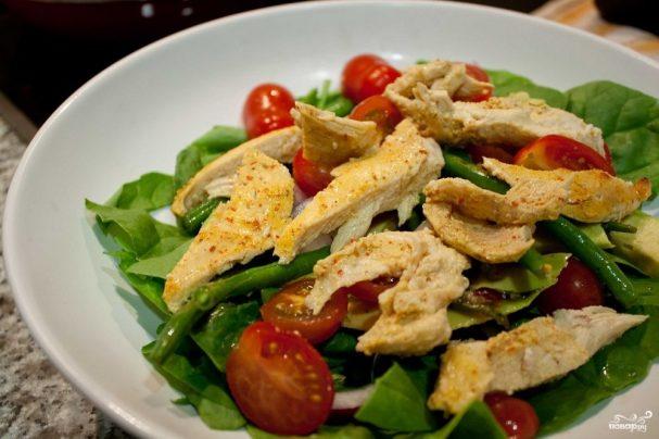 Салат с курицей и зеленью
