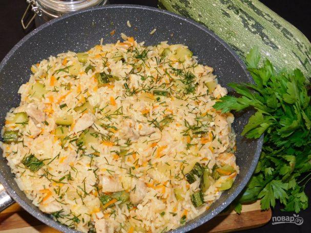 Мясная сковорода с рисом и кабачками
