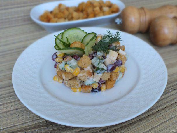 Салат с кириешками и огурцами