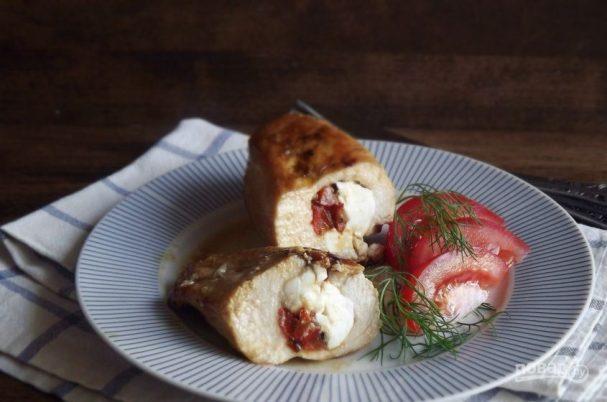 Мясной рулет с овощами и сыром
