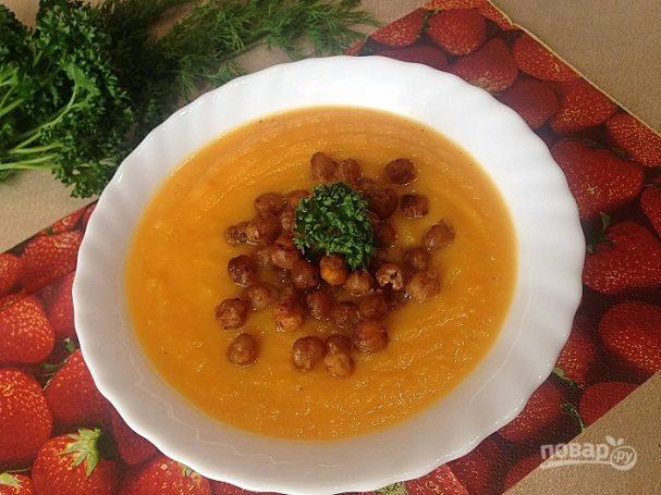 Тыквенно-сельдерейный суп с запеченным нутом