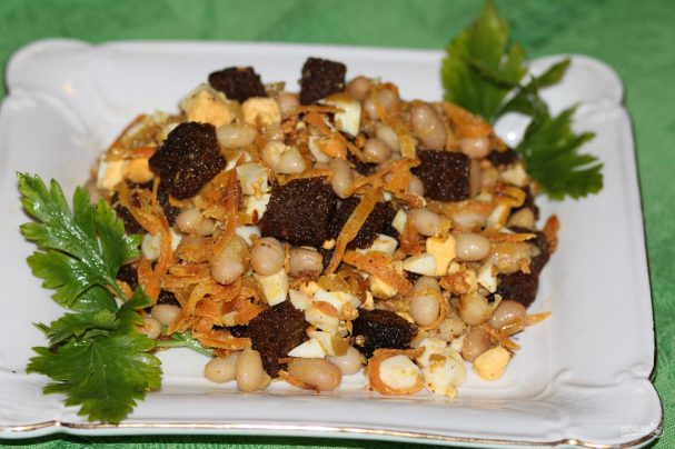 Салат с фасолью, яйцами и сухариками